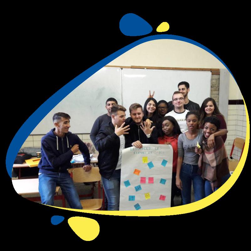Photo de groupe d'élèves devant le tableau